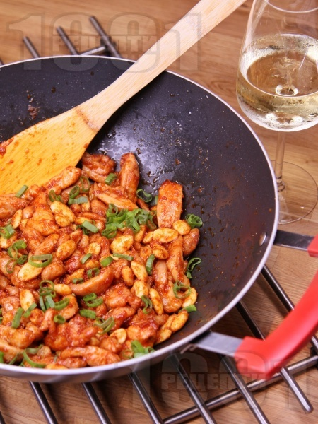 Пикантно пържено пилешко месо от обезкостени бутчета на тиган с бадеми и ароматен сос от кетчуп, соев сос, табаско, мед и лимон - снимка на рецептата